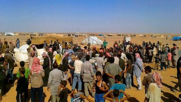 Người dân Syria chờ hàng tiếp viện. (Ảnh: ABC)