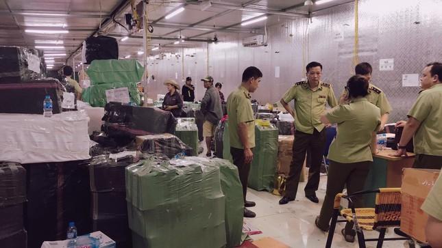 Lực lượng QLTT tổ chức khám xét kho chứa hàng tại Lào Cai ngày 9/7. Ảnh Tuấn Linh.