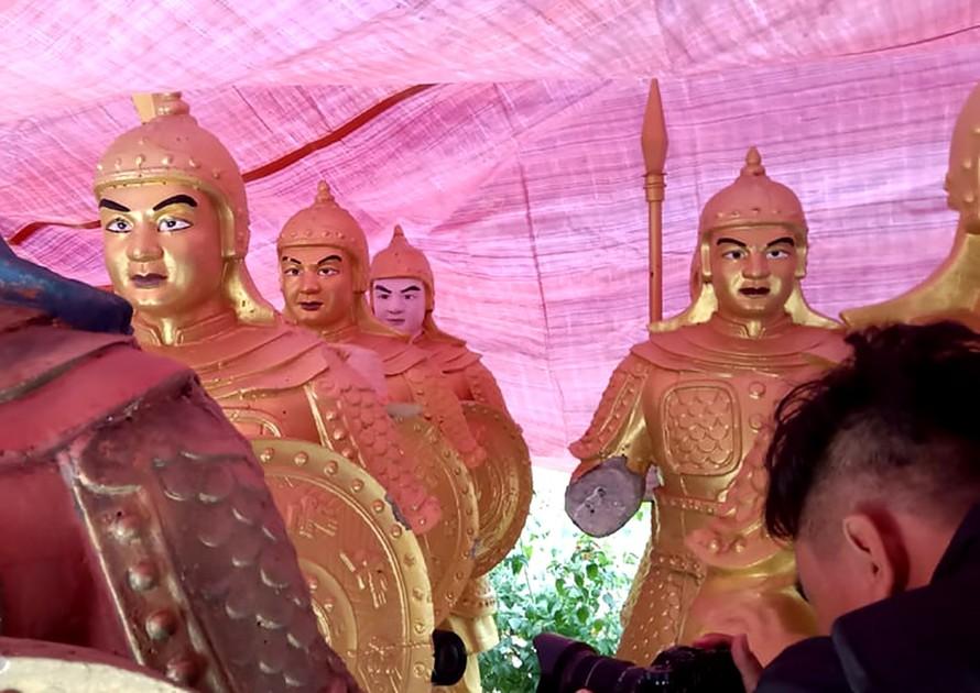 Những bức tượng gây xôn xao dư luận. Ảnh: dantri.com.vn