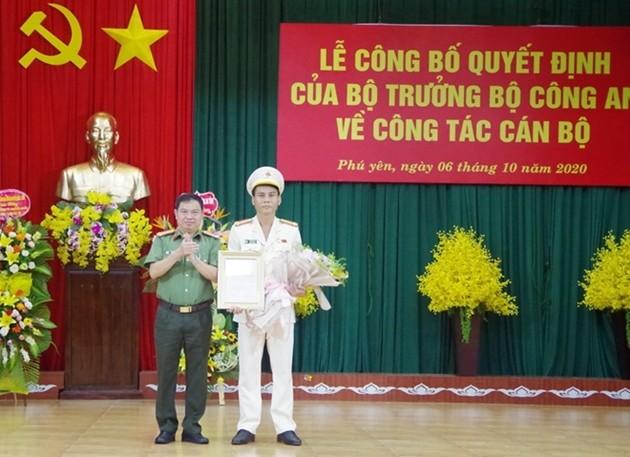 Đại tá Phan Thanh Tám, Giám đốc Công an tỉnh Phú Yên (trái) trao quyết định bổ nhiệm Phó Giám đốc Công an tỉnh Phú Yên cho Thượng tá Nguyễn Khỏe.