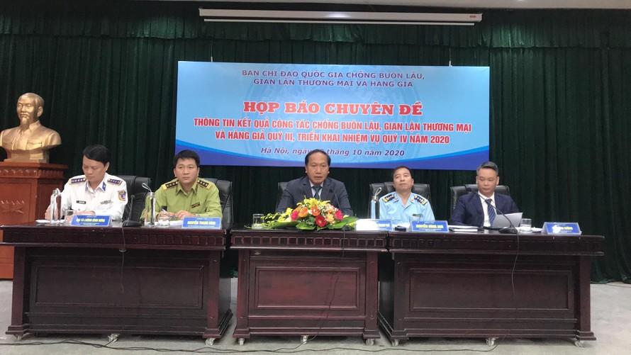 Ông Đàm Thanh Thế, Chánh Văn phòng thường trực Ban Chỉ đạo 389 quốc gia chủ trì buổi họp báo. Ảnh Tuấn Linh