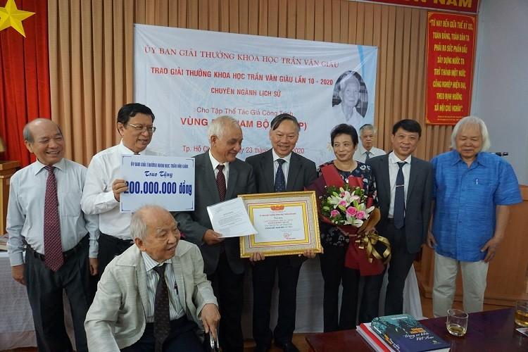 Ủy Ban Giải thưởng khoa học Trần Văn Giàu đã tổ chức Lễ trao giải thưởng khoa học Trần Văn Giàu lần thứ 10 cho công trình Vùng đất Nam bộ (NXB Chính trị quốc gia sự thật) trong ngày 23/10.