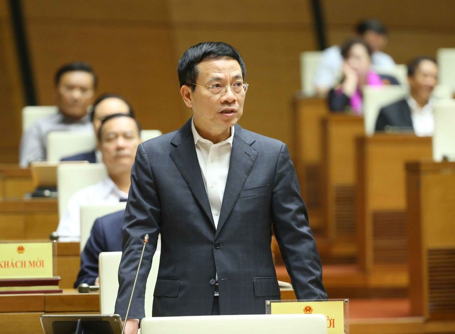 Bộ trưởng Bộ Thông tin và Truyền thông Nguyễn Mạnh Hùng trả lời câu hỏi chất vấn. Ảnh: Doãn Tấn/TTXVN