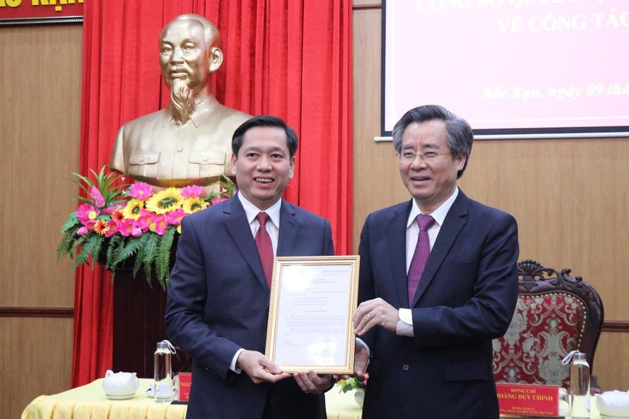 Đồng chí Nguyễn Long Hải (trái) nhận quyết định của Ban Bí thư. Ảnh: Cổng TTĐT tỉnh Bắc Kạn