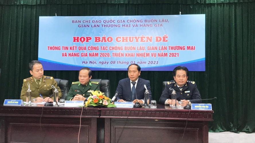 Đại diện các cơ quan chức năng là thành viên BCĐ 389 tại buổi họp báo. Ảnh: Tuấn Linh.