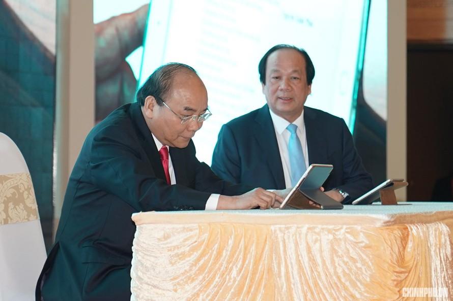 Thủ tướng Nguyễn Xuân Phúc ký ban hành văn bản trên hệ thống quản lý văn bản điện tử vào tháng 3/2019. Ảnh: VGP/Quang Hiếu