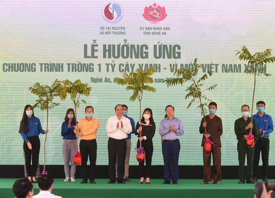 Thủ tướng Nguyễn Xuân Phúc dự lễ hưởng ứng chương trình trồng 1 tỷ cây xanh tại Nghệ An. Ảnh: VGP/Quang Hiếu.