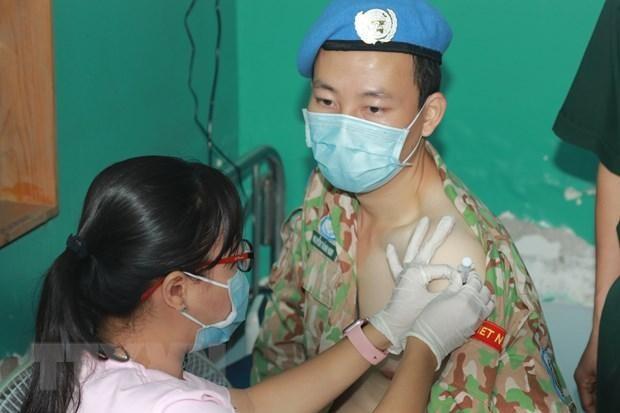 Chiến sỹ Bệnh viện dã chiến cấp 2 số 3 Việt Nam được tiêm vaccine phòng COVID-19 trước khi lên đường nhận nhiệm vụ tại Nam Sudan. (Ảnh: Đinh Hằng/TTXVN)