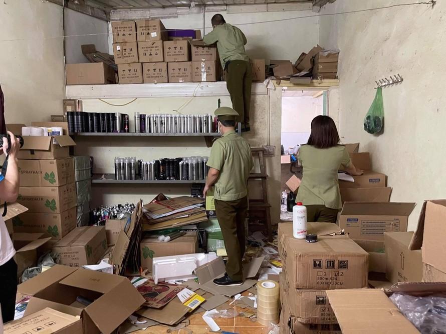 Lực lượng chức năng tiến hành kiểm tra cơ sở kinh doanh của ông Trần Đức Trường làm chủ, tại địa chỉ ngõ 56 đường Cầu Vồng, phường Đức Thắng, Bắc Từ Liêm, Hà Nội.