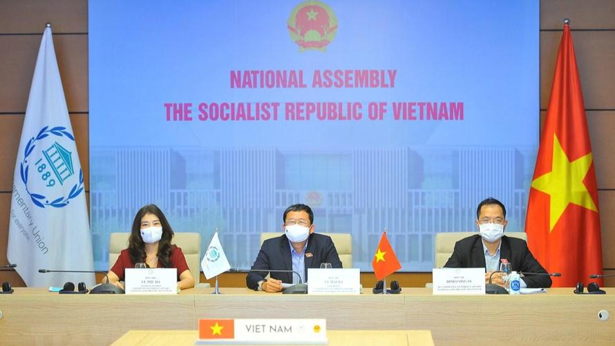 Đoàn đại biểu Quốc hội Việt Nam tham dự lễ bế mạc trực tuyến. (Ảnh: Minh Đức/TTXVN)