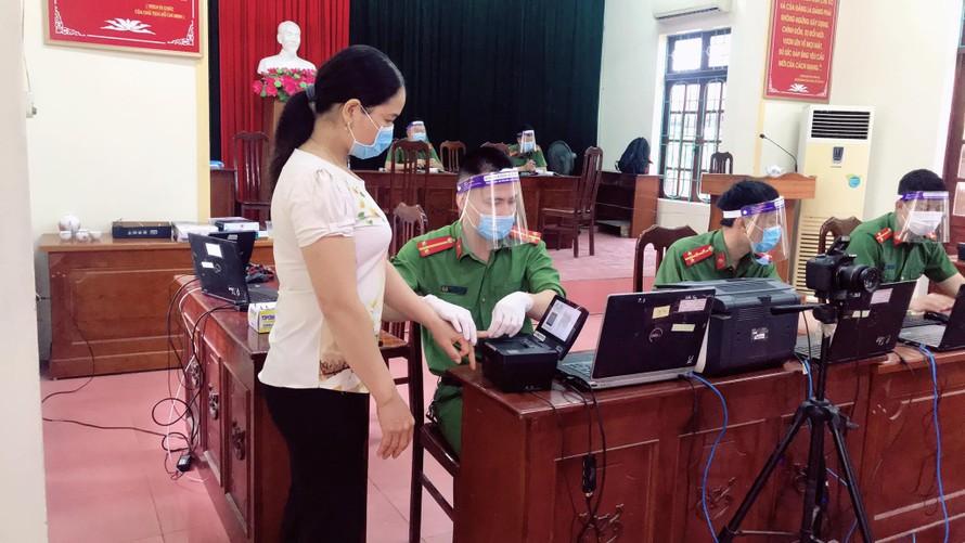 CBCS Công an huyện Phúc Thọ cấp CCCD cho bà con tại xã Võng Xuyên.