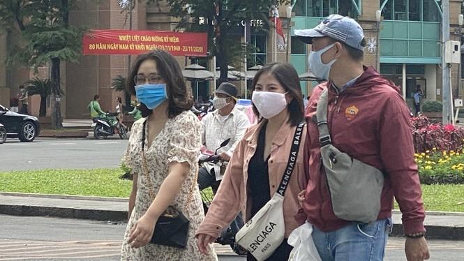 Người dân TPHCM tuân thủ đeo khẩu trang nơi công cộng. Ảnh Văn Minh
