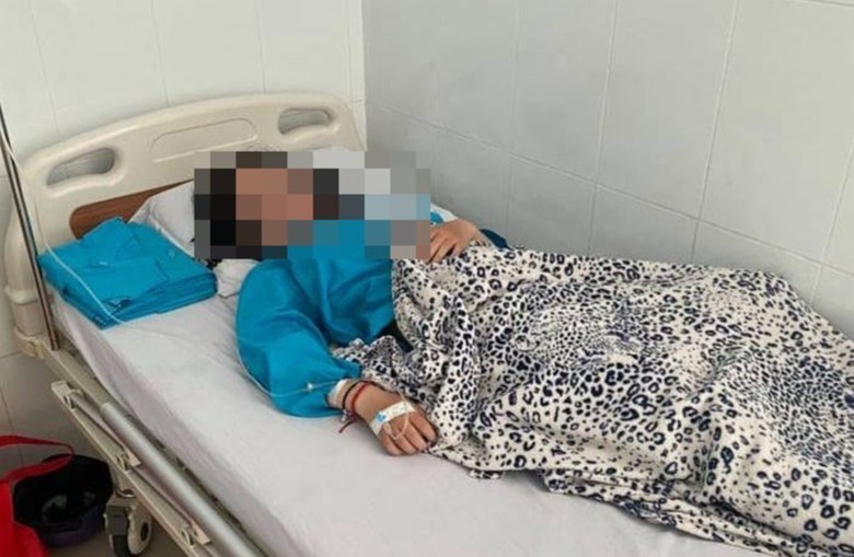 Nữ sinh N.T.N.Y đang được điều trị tại bệnh viện. (Ảnh: Báo Pháp luật TP.HCM)