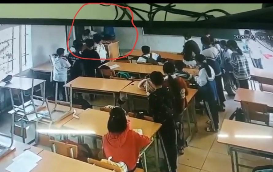 Hình ảnh sự việc được trích xuất từ camera an ninh của nhà trường. (Ảnh: Zing)