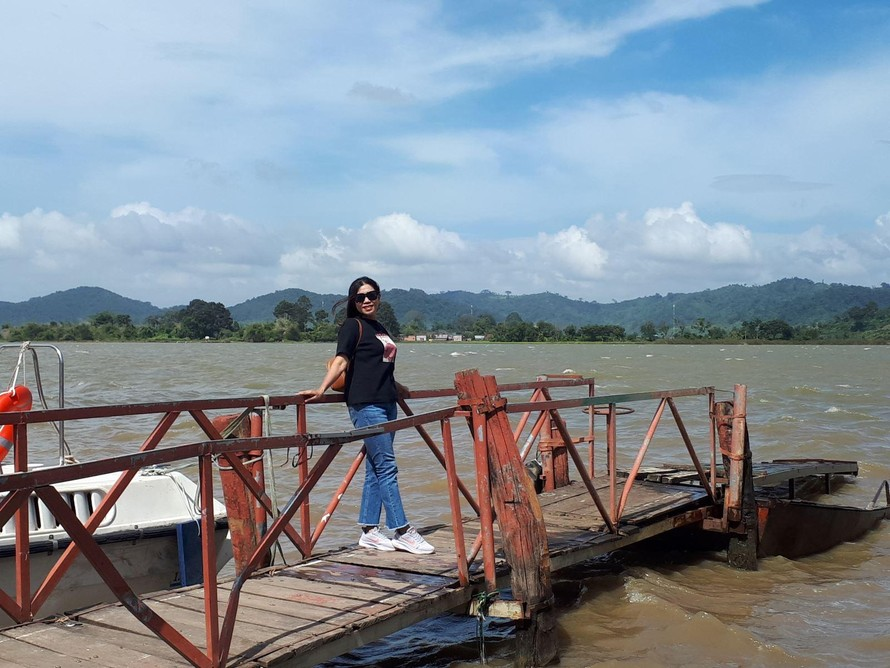 Du khách chụp ảnh lưu niệm tại Hồ Lắk. (Ảnh: TTXVN)