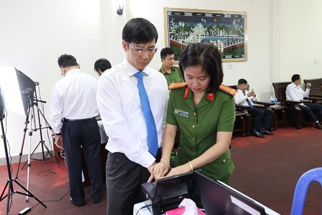Đại biểu làm thủ tục cấp CCCD có gắn chíp điện tử. (Ảnh: Công an Nhân dân)