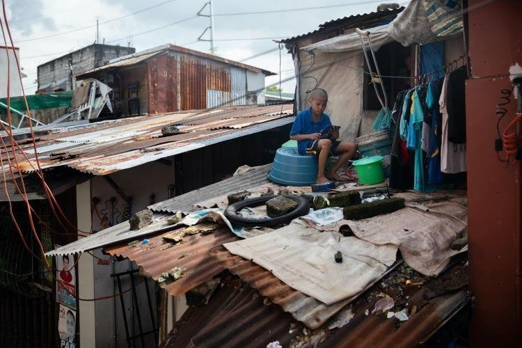 hay Ar Calma, 10 tuổi, một học sinh lớp 5, ngồi trên mái nhà khi tham gia một lớp học trực tuyến. Ảnh: Reuters