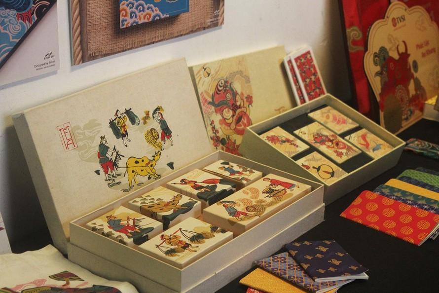 """Những sản phẩm trang trí với hoạ tiết tranh Hàng Trống được trưng bày tại triển lãm """"Hoạ Sắc Việt 2021 - Những điều xưa cũ mới mẻ 2: mùa lễ hội."""""""