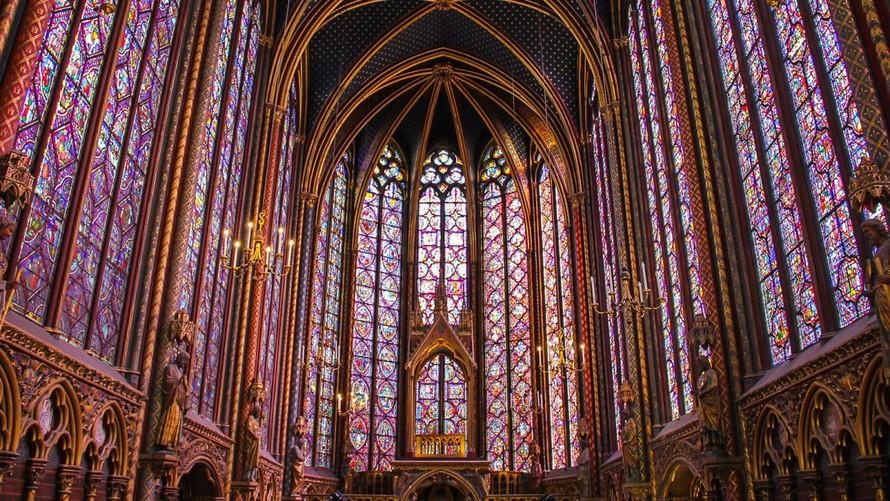 Không gian bên trong được trang trí tinh xảo bởi cửa sổ kính màu, mái vòm cùng các hàng cột chịu lực của nhà thờ Sainte-Chapelle - Pháp. (Ảnh: CNN)