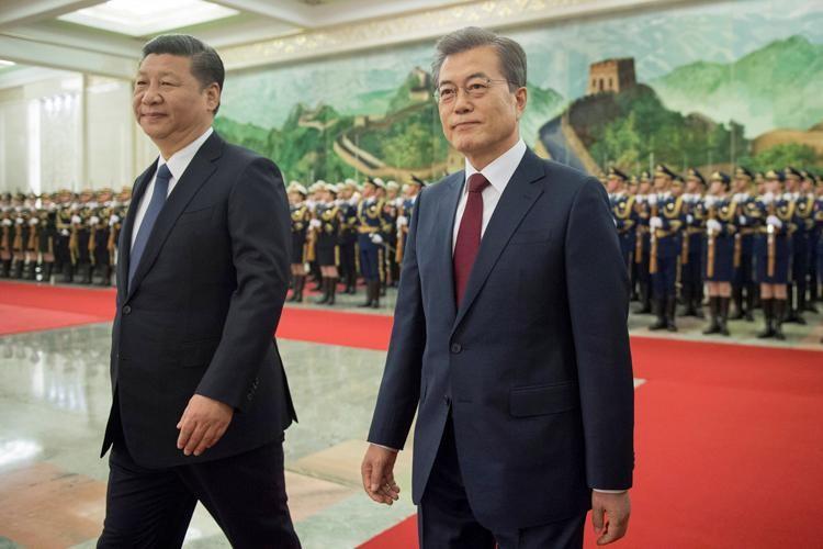 Chủ tịch Trung Quốc Tập Cận Bình và Tổng thống Hàn Quốc Moon Jae-in trong một sự kiện. Ảnh: Newsweek