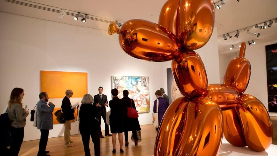 """Tác phẩm """"Balloon Dog (Orange)"""" của tác giả Jeff Koons tại một cuộc triển lãm. (Ảnh: CNN)"""