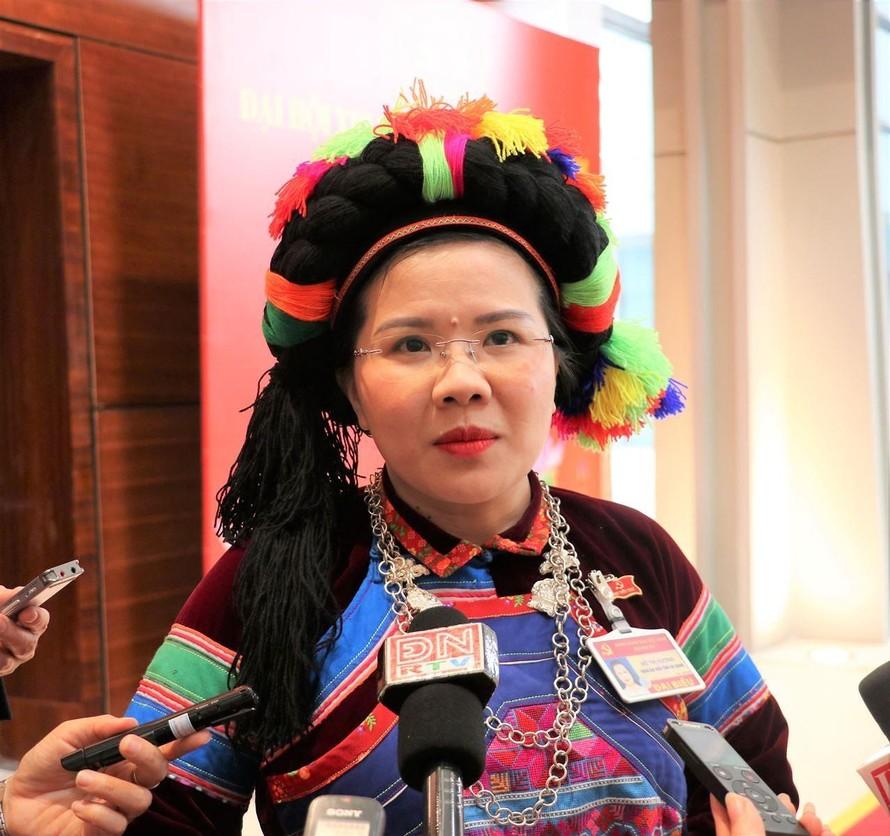Đại biểu Đỗ Thị Hương trả lời phỏng vấn báo chí bên lề Đại hội XIII của Đảng. (Ảnh: TTXVN)
