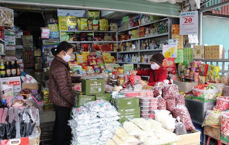 Người dân thực hiện nghiêm các quy định về phòng, chống dịch Covid-19 giữ khoảng cách an toàn tại các chợ và Trung tâm thương mại. (Ảnh: Nhân Dân)