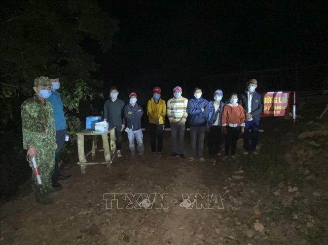 Các đối tượng chuẩn bị xuất cảnh trái phép bị Bộ đội Biên phòng Điện Biên phát hiện bắt giữ. Ảnh: TTXVN