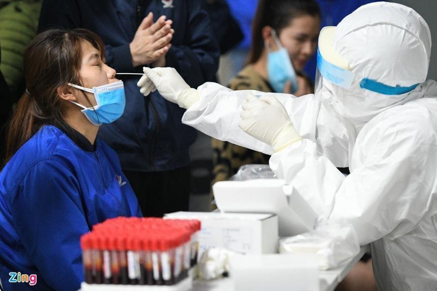 Nhân viên y tế lấy mẫu xét nghiệm cho trường hợp F1 ở Hải Dương. Ảnh: Thạch Thảo.