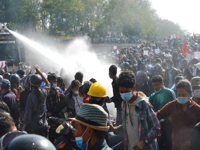 Cảnh sát Myanmar phun vòi rồng vào đám đông biểu tình. Ảnh: AFP
