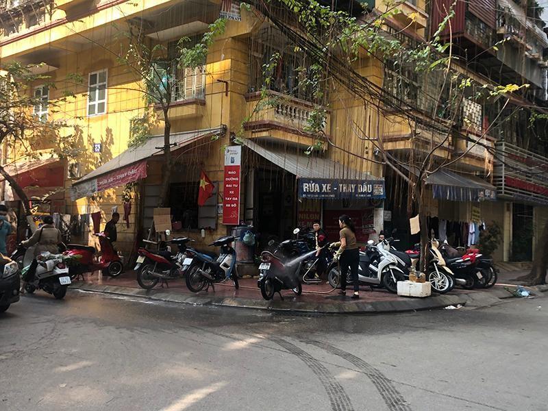 Theo ghi nhận của phóng viên, vào sáng 11/2 (tức 30 Tết), nhiều tiệm rửa xe trên địa bàn Hà Nội đã hoạt động ''hết công suất'', tất bật làm việc từ sáng sớm, huy động thêm nhân viên để đáp ứng nhu cầu tăng cao đột biến của người dân. (Ảnh: Kinh tế & Đô thị)