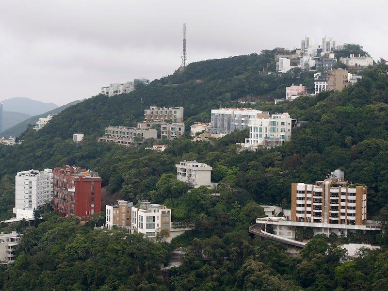 Là nơi tập trung nhiều người siêu giàu nhất thế giới với khoảng 93 tỷ phú sinh sống vào năm 2019, không ngạc nhiên khi Hong Kong (Trung Quốc) luôn chiếm ưu thế nếu nói về bất động sản hạng sang. Trong đó, The Peak, viết tắt của Victoria Peak, được xem là khu dân cư đắt đỏ bậc nhất nơi này, theo Insider. (Ảnh: Zing)