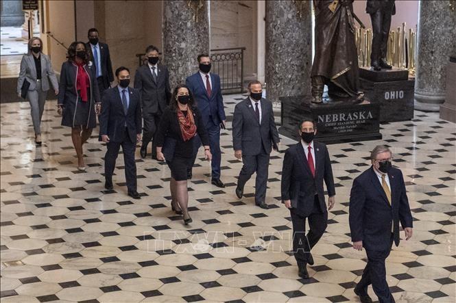 Các đại diện của Hạ viện Mỹ và nhóm luật sư của ông Donald Trump tới dự phiên luận tội cựu Tổng thống tại Thượng viện ở Washington DC., ngày 9/2/2021. Ảnh: AFP/TTXVN