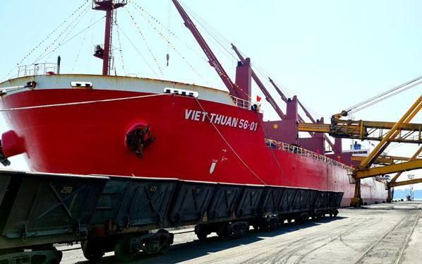 Tàu Việt Thuận 56-01 vào Cảng Cẩm Phả nhận tấn than đầu tiên của năm mới. (Ảnh: Nhân Dân)