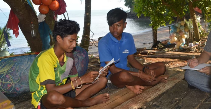 Trẻ em dân tộc thiểu số Thái Lan đang học chữ trong một chương trình xoá mù chữ của Đại học Mahidol, Thái Lan. (Ảnh: UNESCO)