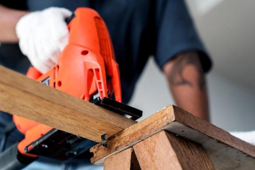 Công nhân xây dựng: Những người công nhân xây dựng thường phải tiếp xúc với ánh nắng mặt trời trong nhiều giờ đồng hồ, do đó họ có nguy cơ mắc ung thư da cao hơn. U trung biểu mô cũng là dạng ung thư dễ mắc ở công nhân xây dựng, do phải tiếp xúc với khói bụi công trường. (Ảnh: VOV)