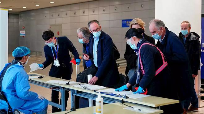 Đoàn chuyên gia WHO đến sân bay Thượng Hải hôm 10.2. (Ảnh: Reuters)
