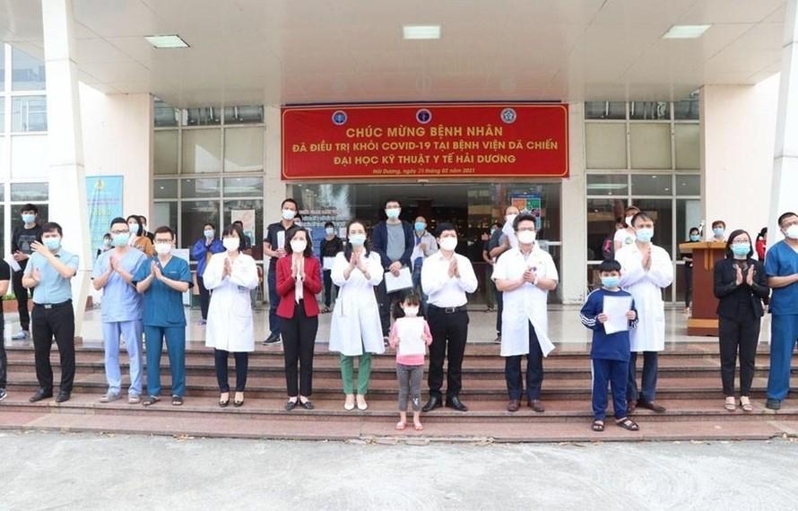 Các y bác sỹ chúc mừng 27 bệnh nhân COVID-19 tại Hải Dương đã khỏi bệnh và được ra viện ngày 26/2. (Ảnh: Mạnh Minh/TTXVN)