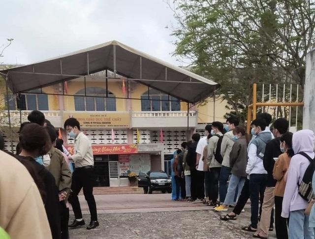 Sinh viên xếp hàng để thực hiện xét nghiệm sàng lọc tại Huế. (Ảnh: Bộ Y tế)