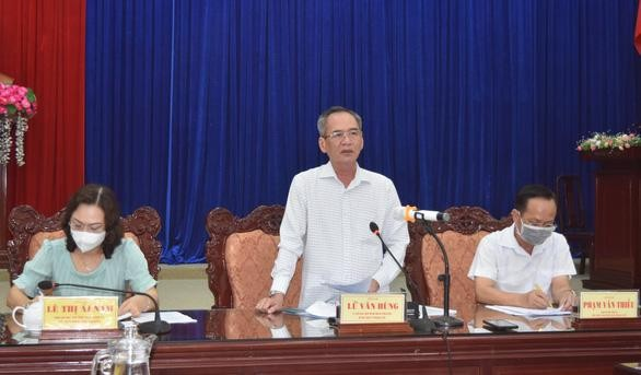 Bí thư Tỉnh ủy Bạc Liêu Lữ Văn Hùng chỉ đạo tại buổi họp khẩn sáng 28-2 - Ảnh: NGỌC HÂN