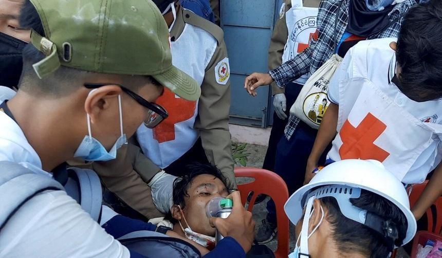 Nhân viên y tế sơ cứu một người biểu tình trúng đạn ở Dawei vào ngày 28/2. Ảnh: Reuters.