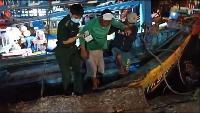 Một nạn nhân may mắn được cứu sống trong vụ đắm tàu. (Ảnh: Pháp luật TP.HCM)
