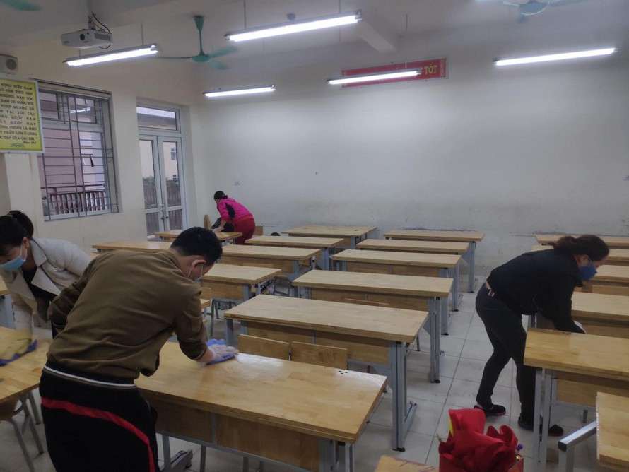 Giáo viên, nhân viên trường Tiểu học Xuân Phương đang tích cực lau dọn các lớp học. Ảnh: LV