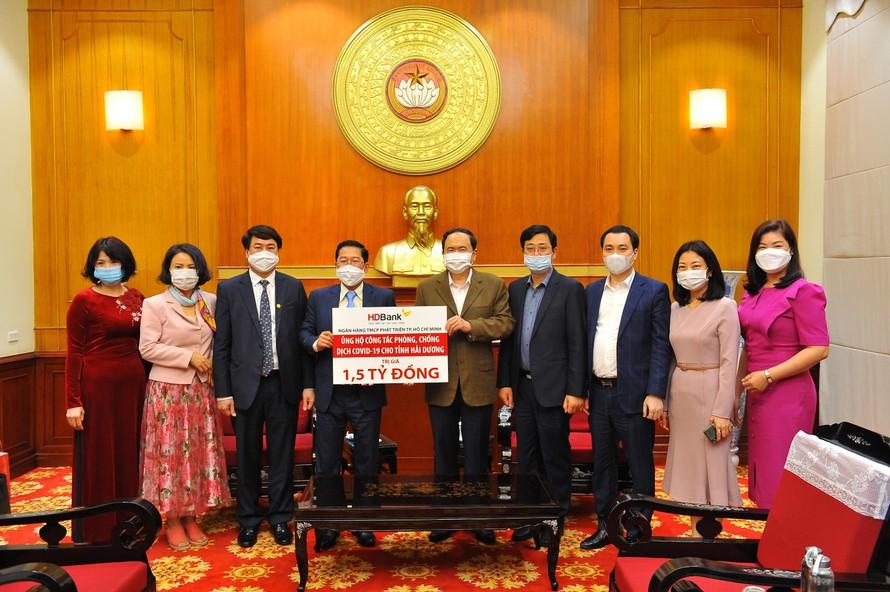 Ông Trần Thanh Mẫn - Ủy viên Bộ Chính trị, Chủ tịch Ủy ban TWMTTQ Việt Nam và Ông Phạm Quốc Thanh - Tổng Giám đốc HDBank tại buổi lễ trao tặng 1,5 tỷ đồng hỗ trợ tỉnh Hải Dương chống dịch Covid-19.
