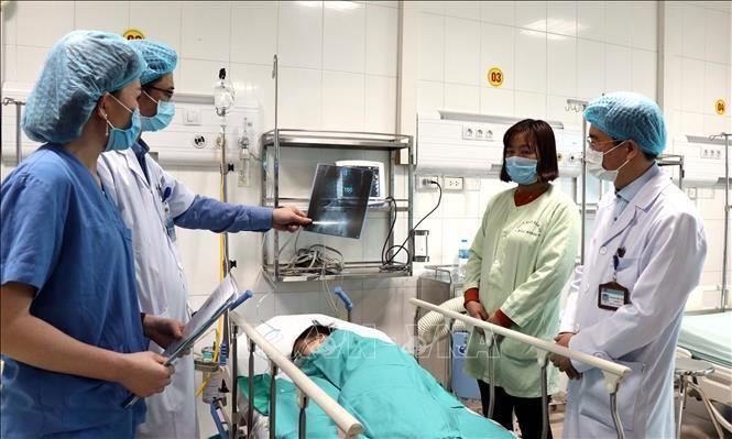 Các bác sỹ Bệnh Sản Nhi Bắc Ninh thăm khám cho bệnh nhi sau ca phẫu thuật kéo dài 4 giờ. Ảnh: Đinh Văn Nhiều/TTXVN