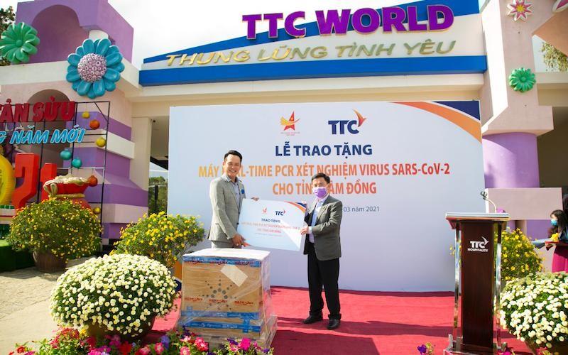 Chủ tịch Hội doanh nhân trẻ Việt Nam, Phó Chủ tịch Tập đoàn TTC Đặng Hồng Anh (trái) trao tặng hệ thống máy xét nghiệm tự động Real-time PCR đến đại diện tỉnh Lâm Đồng (phải). (Ảnh: Nhân Dân)