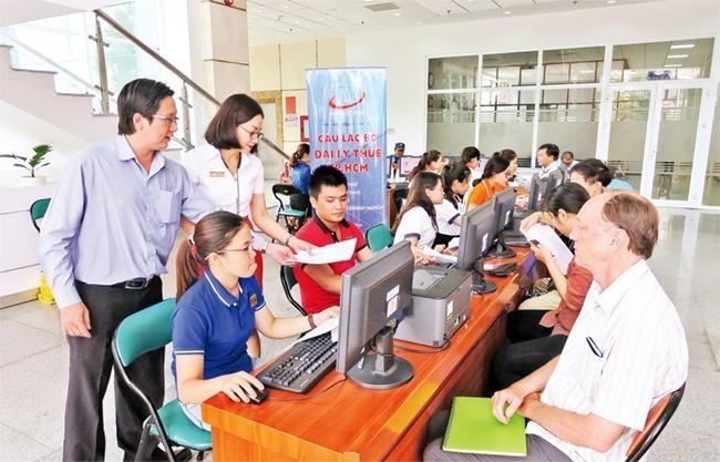 Người nộp thuế được hỗ trợ, tư vấn và làm thủ tục quyết toán thuế thu nhập cá nhân 2019 tại một thành viên thuộc câu lạc bộ đại lý thuế thành phố Hồ Chí Minh. (Ảnh: Nhân Dân)