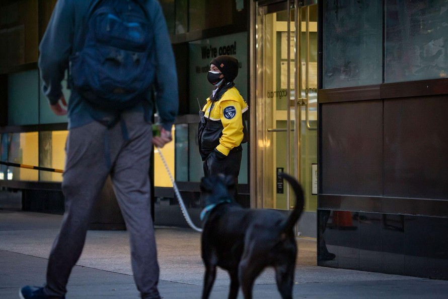 Một bảo vệ bên ngoài Trung tâm Westfield San Francisco. Ảnh: Bloomberg