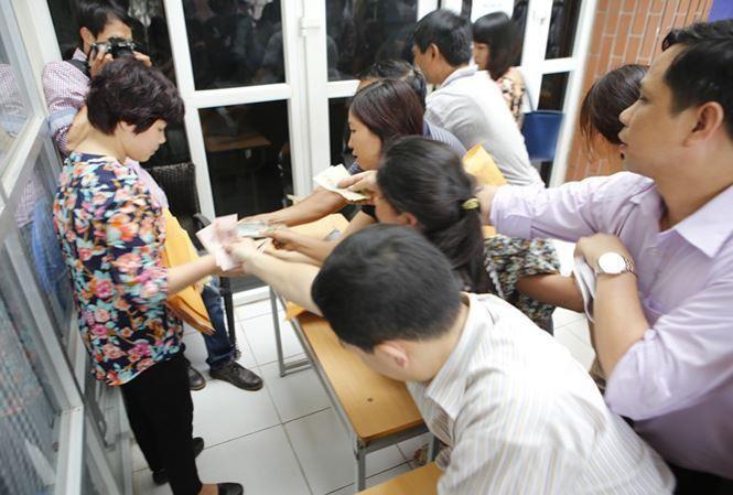 Phụ huynh xếp hàng mua hồ sơ vào lớp 6 trường đặc thù tại Hà Nội những năm trước. (Ảnh: Tiền Phong)