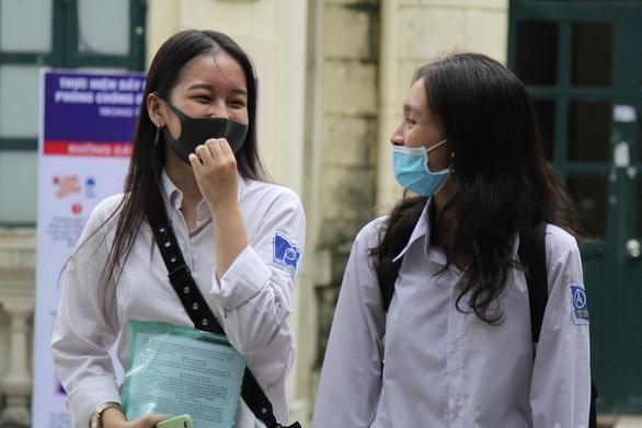 Thí sinh dự thi tốt nghiệp trung học phổ thông năm 2020 trong tình thế phải phòng dịch COVID-19 - Ảnh: CHU HÀ LINH